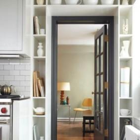 Открытые полки над кухонной дверью