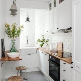 Компактный столик на стене кухни