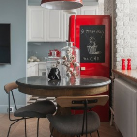 Красный холодильник в ретро стиле
