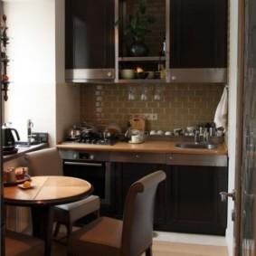 Темная мебель в небольшой кухне
