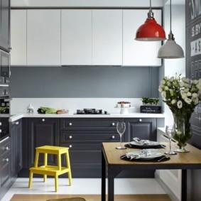 Кухонный гарнитур с фасадами контрастной расцветки