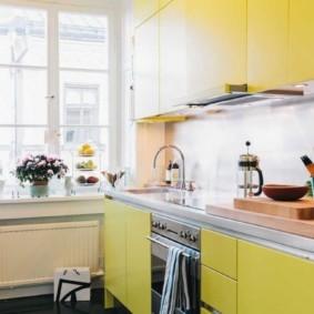 Желтые фасады кухонной мебели