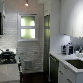 Светлая кухня в хрущевке панельного дома