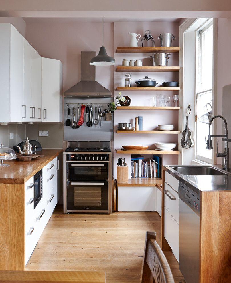Кухонная посуда на открытых полках возле окна