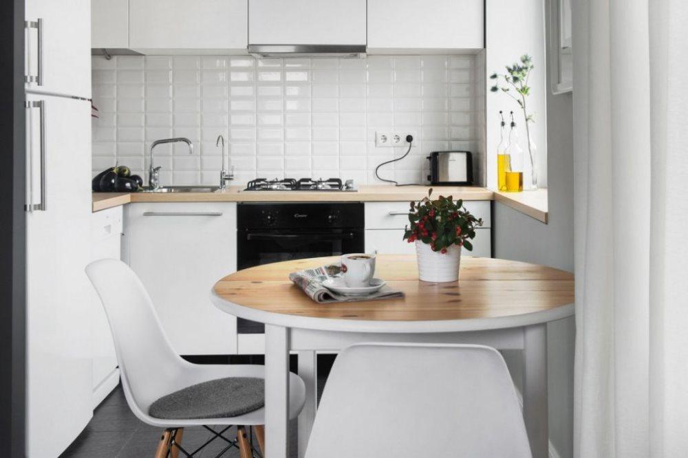 Круглый стол в маленькой кухне городской квартиры