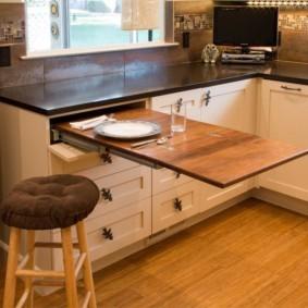 маленькая кухня с кухонным столом декор идеи