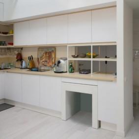 маленькая кухня с кухонным столом
