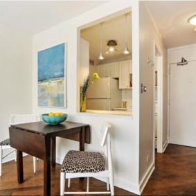маленькая кухня с кухонным столом фото