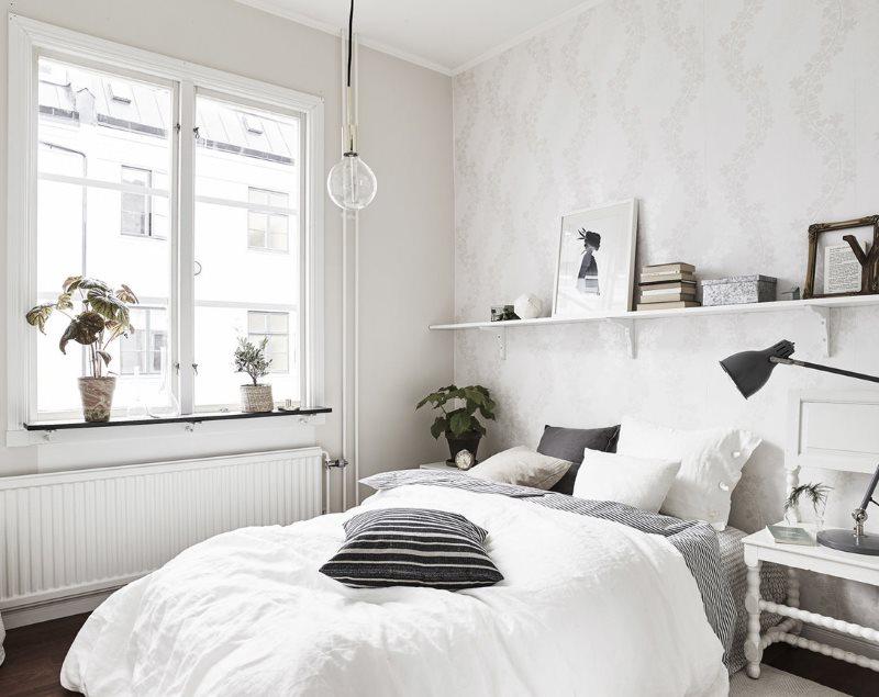 Белое покрывало на кровати в скандинавской спальне