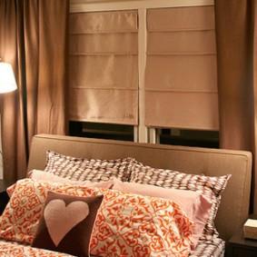 небольшая спальня с кроватью у окна