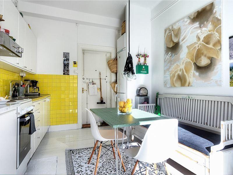 Узкий диванчик в кухне городской квартиры