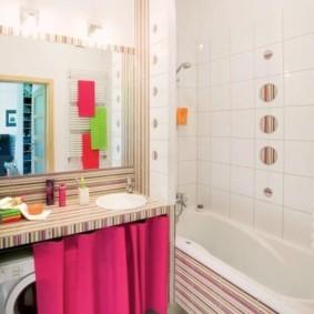 Розовая занавеска под столешницей в ванной