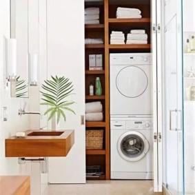 Белые полотенца в шкафы с деревянными полками