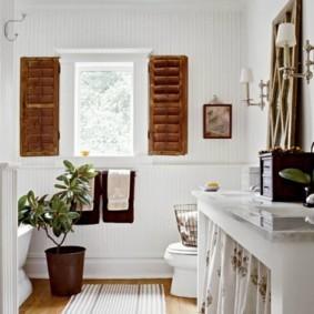 Светлый коврик в ванной частного дома