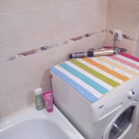 Полосатый коврик на стиральной машинке
