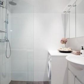 Светлая ванная с белой сантехникой