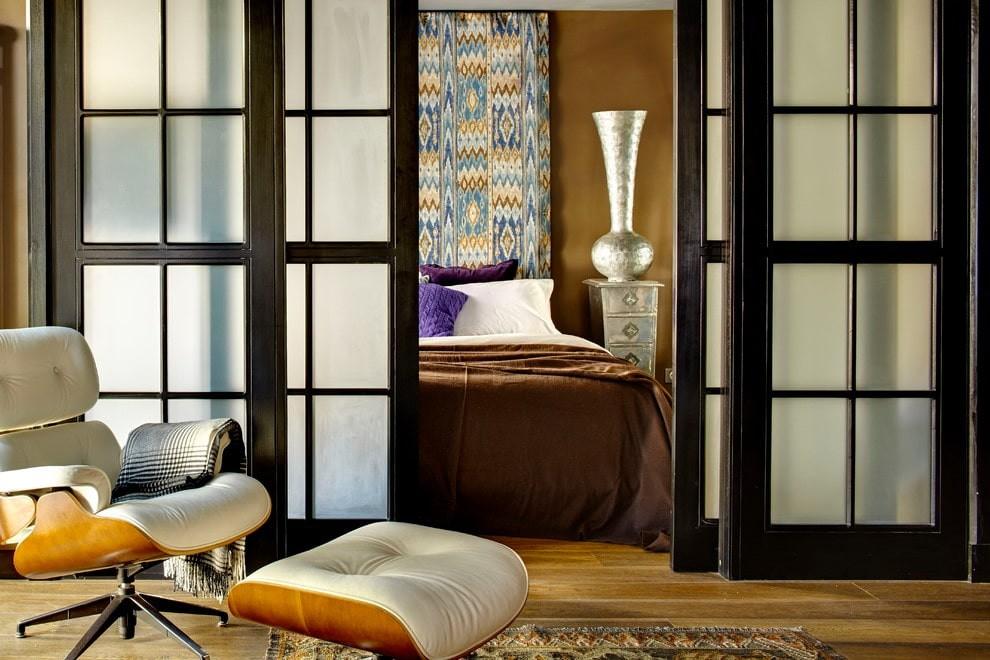 Матовые стекла на раздвижной двери в спальне