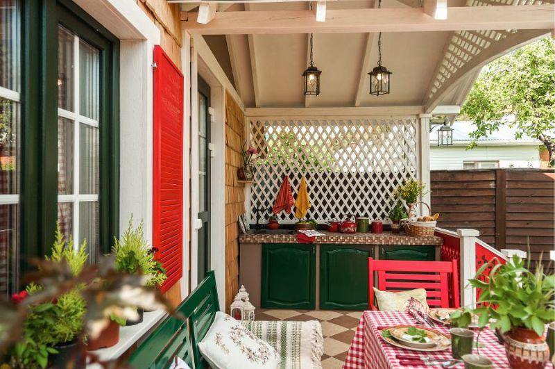 Рабочая зона летней кухни на крыльце дачного домика