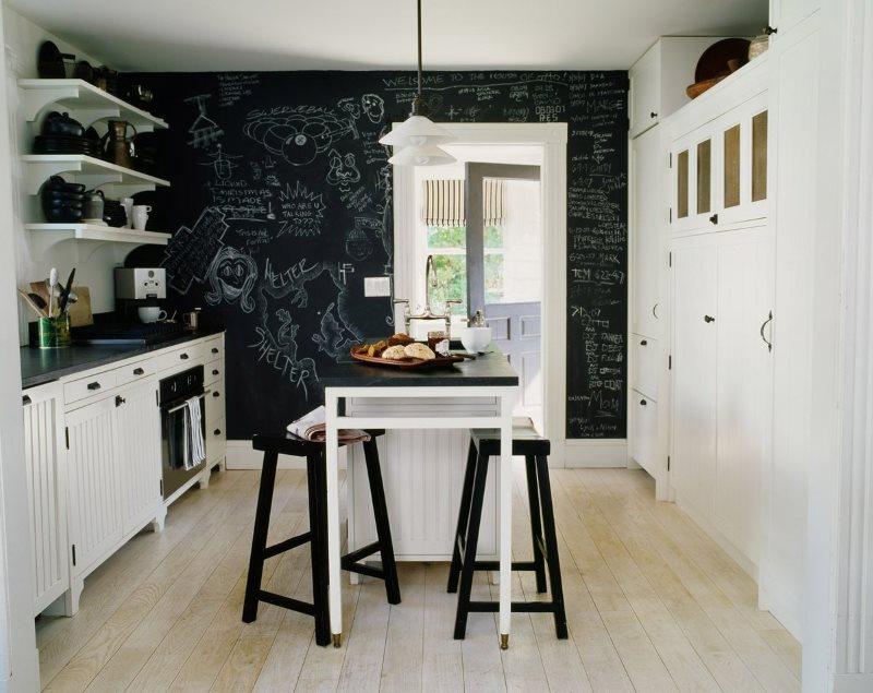 Черно-белая кухня с меловыми обоями
