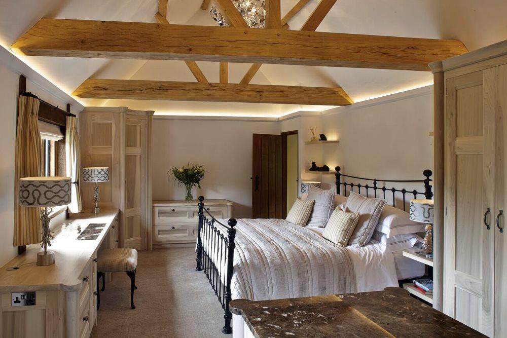 Металлическая кровать в спальне дома небольшой площади