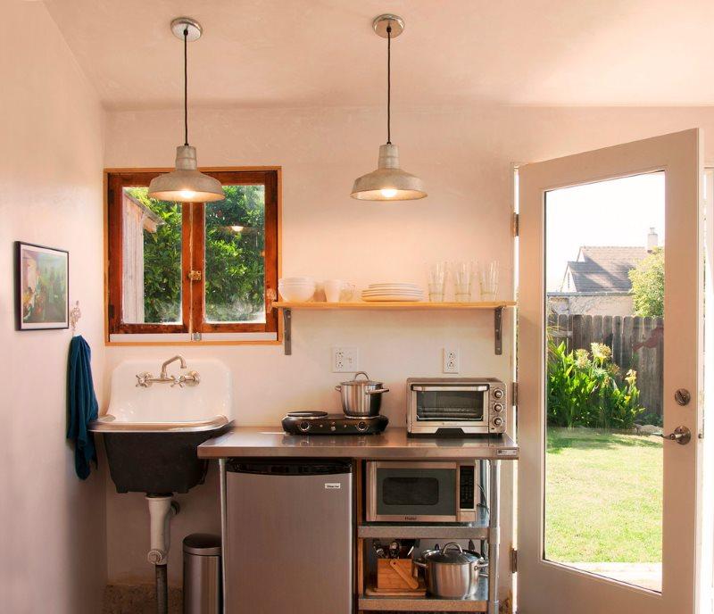 Компактная мини-кухня около двери дачного домика