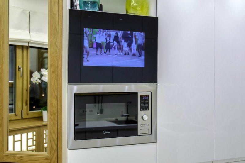 микроволнолновка на кухне с телевизором