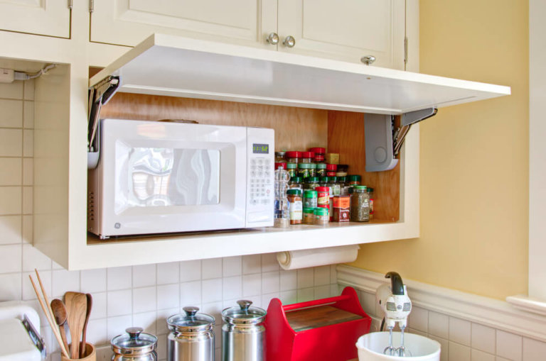 микроволновка на кухне в шкафу