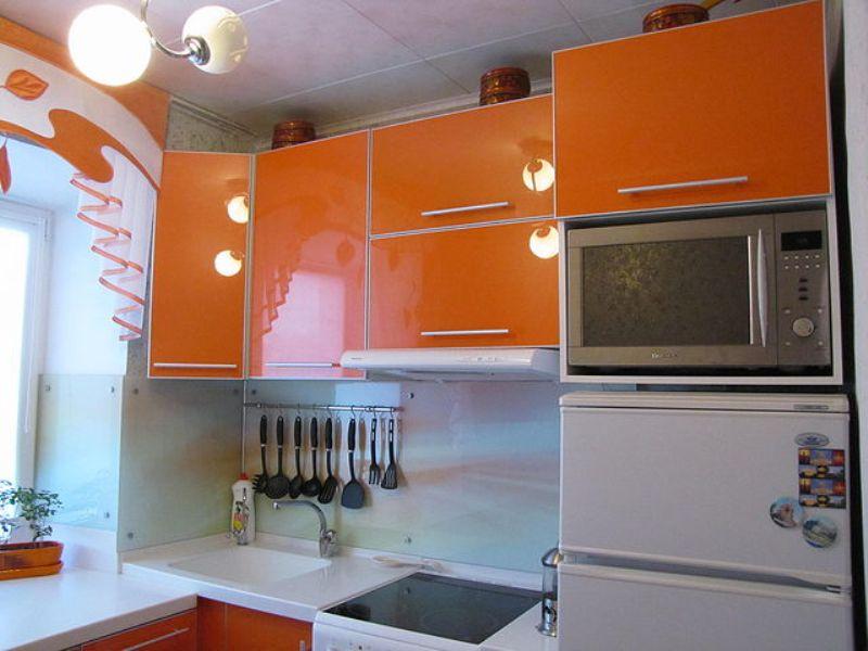 микроволновка на кухне на холодильнике