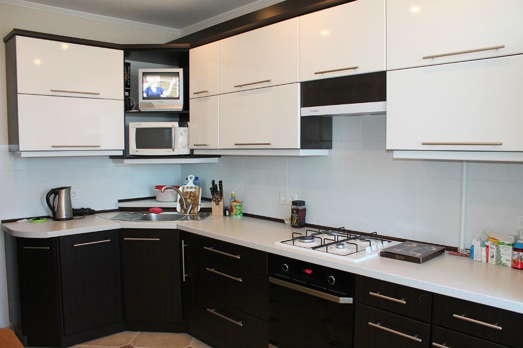 микроволновка на кухне в угловом шкафу