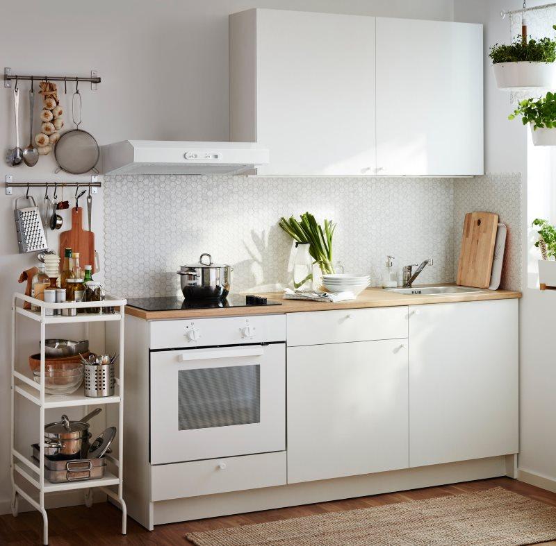 Линейная кухня белого цвета в современном стиле