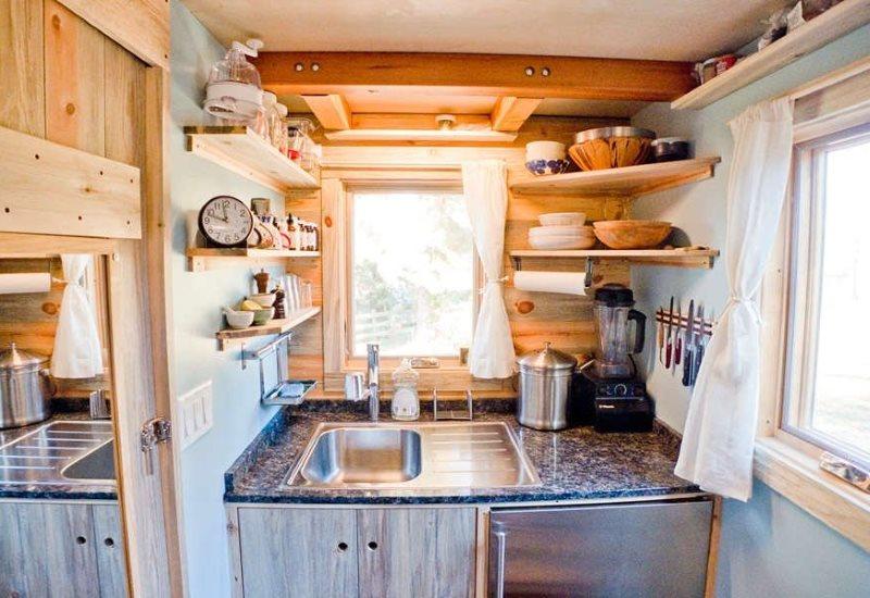 Компактная кухня в деревянном дачном домике