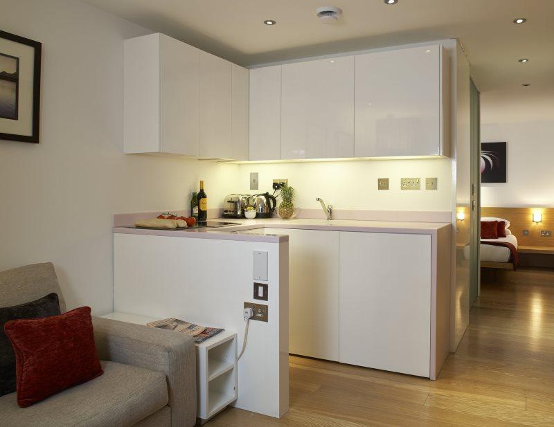 Белая мини кухня с фасадами без ручек