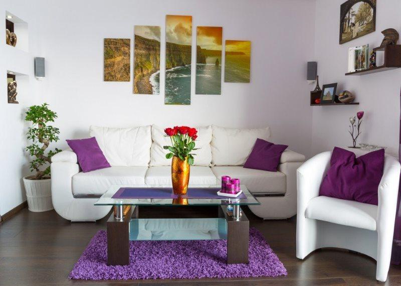 Белая мягкая мебель в гостиной частного дома