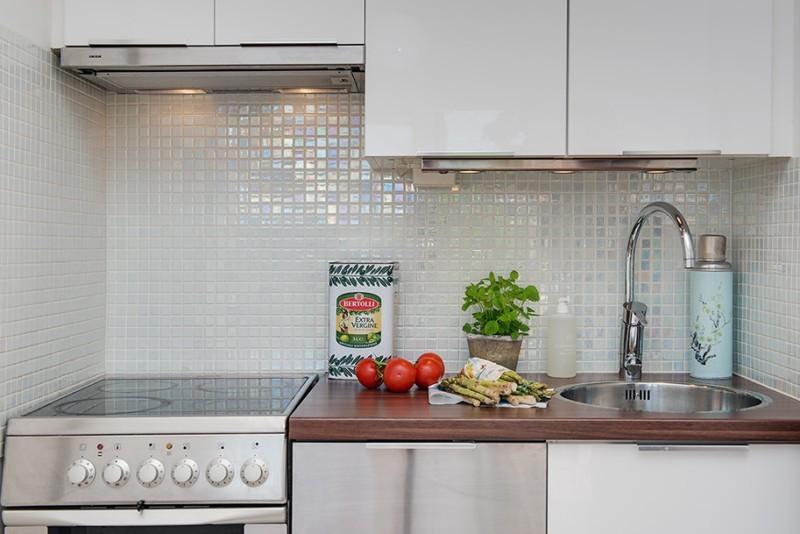 Кухонный фартук из мелкой керамической плитки