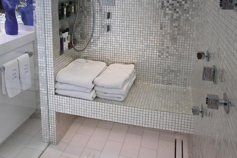 Бетонная полка в ванной с облицовкой мозаикой