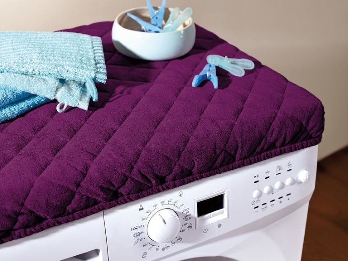Чехол на стиральной машинке в ванной