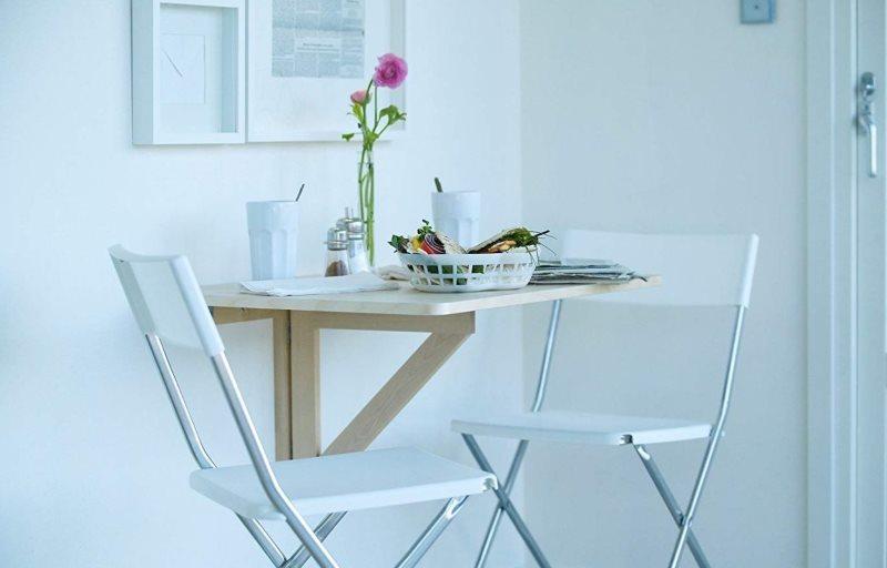Откидной стол в интерьере белой кухни