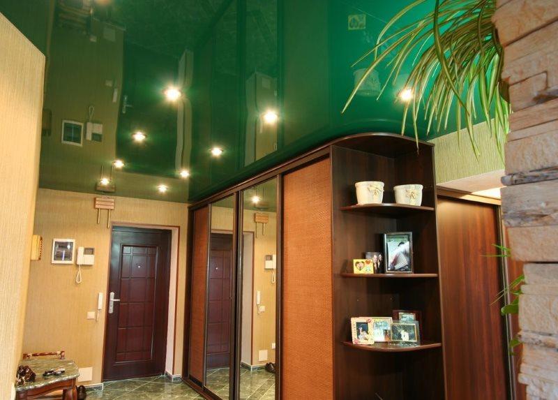 Зеленая поверхность натяжного потолка