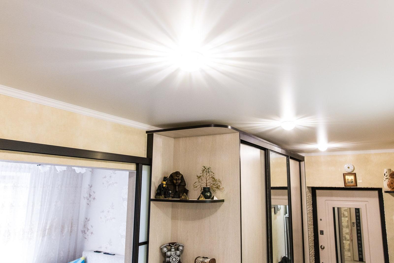 натяжной потолок в коридоре декор фото
