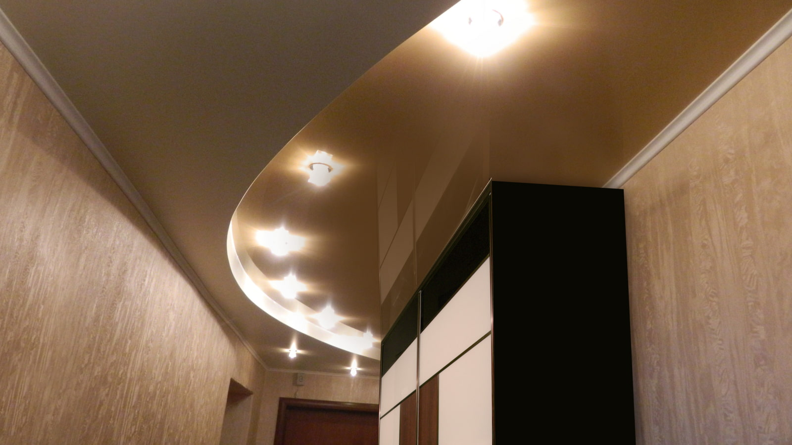 натяжной потолок в коридоре интерьер