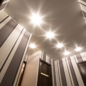 натяжной потолок в коридоре виды интерьера