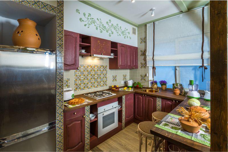 Уютная кухня в деревянном дачном доме