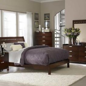 необычная спальня с кроватью у окна