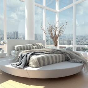 спальня с круглой кроватью у окна