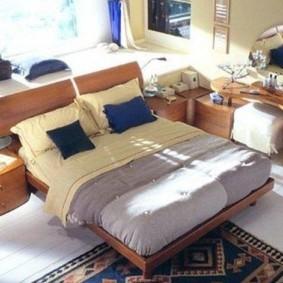 спальня с двуспальной кроватью у окна