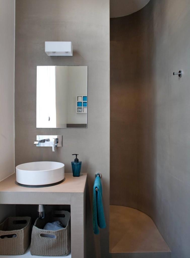 Серые стены санузла с душем без туалета