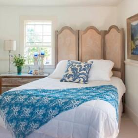 спальня с кроватью у окна по диагонали