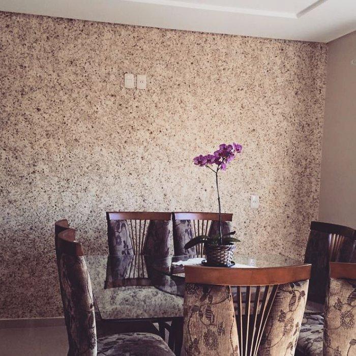 Отделка жидкими обоями стены в столовой зоне кухни