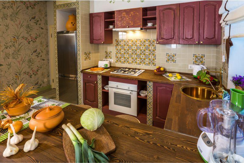 Глиняная посуда на деревянном столе