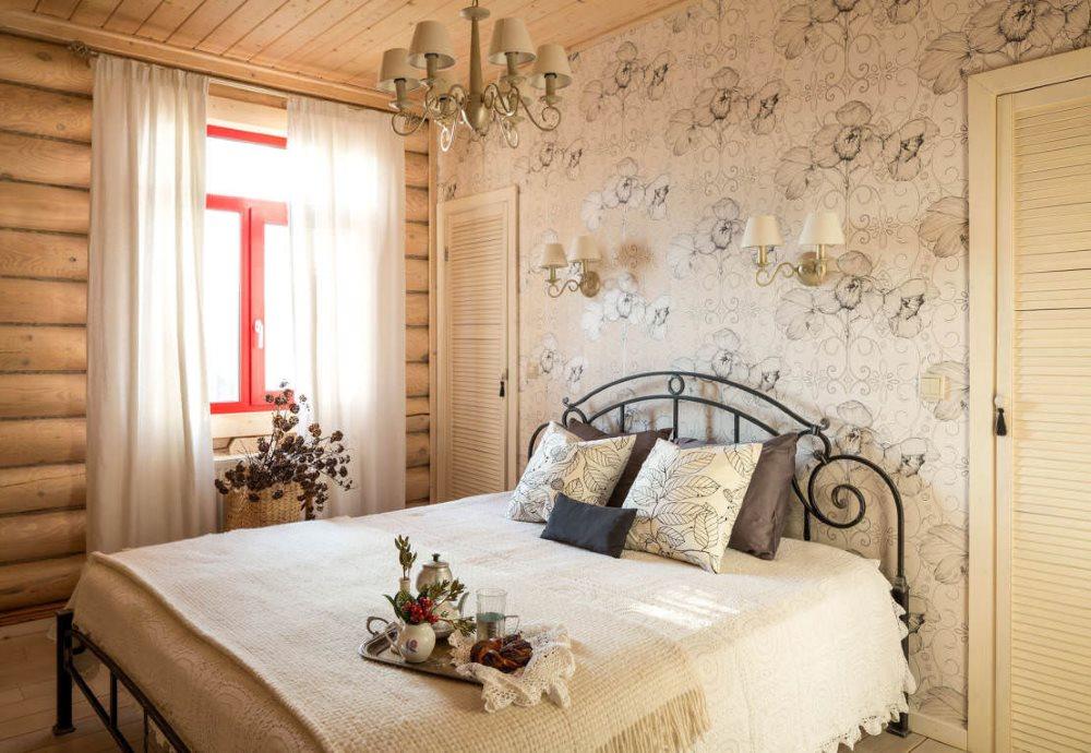 Бумажные обои на стене спальни в бревенчатом доме